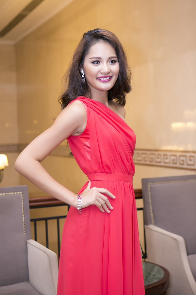 Hoa hậu Hương Giang kiêu sa với váy dạ hội đỏ rực - ảnh 5