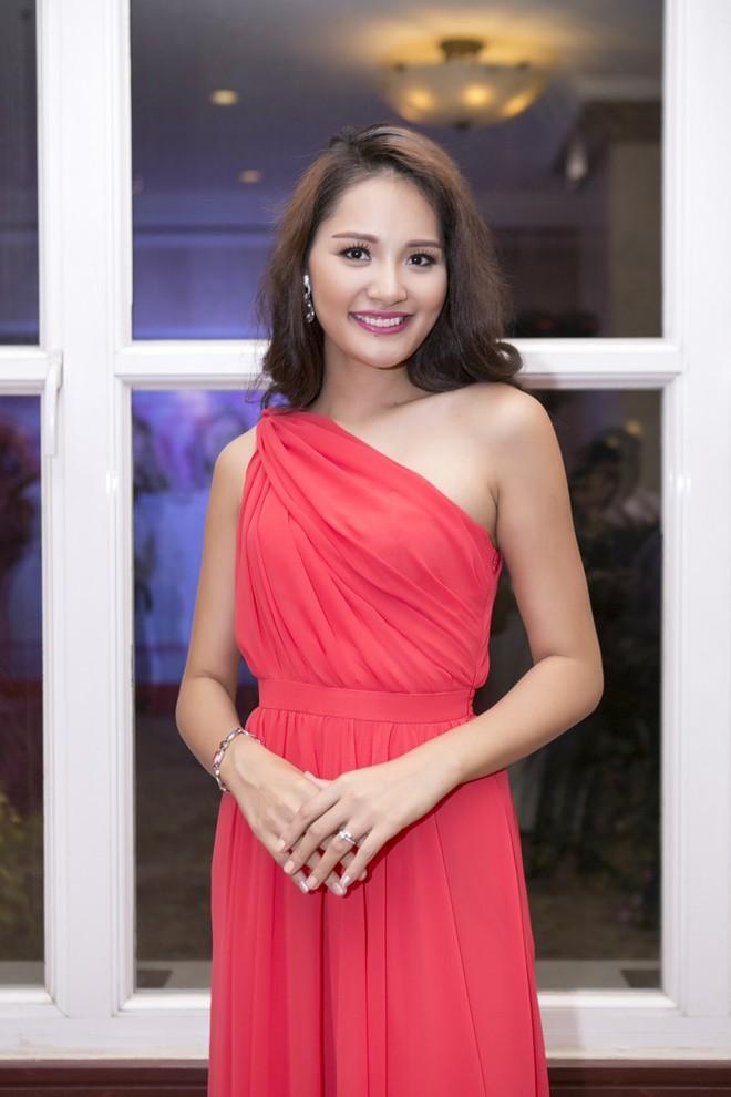 Hoa hậu Hương Giang kiêu sa với váy dạ hội đỏ rực - ảnh 6