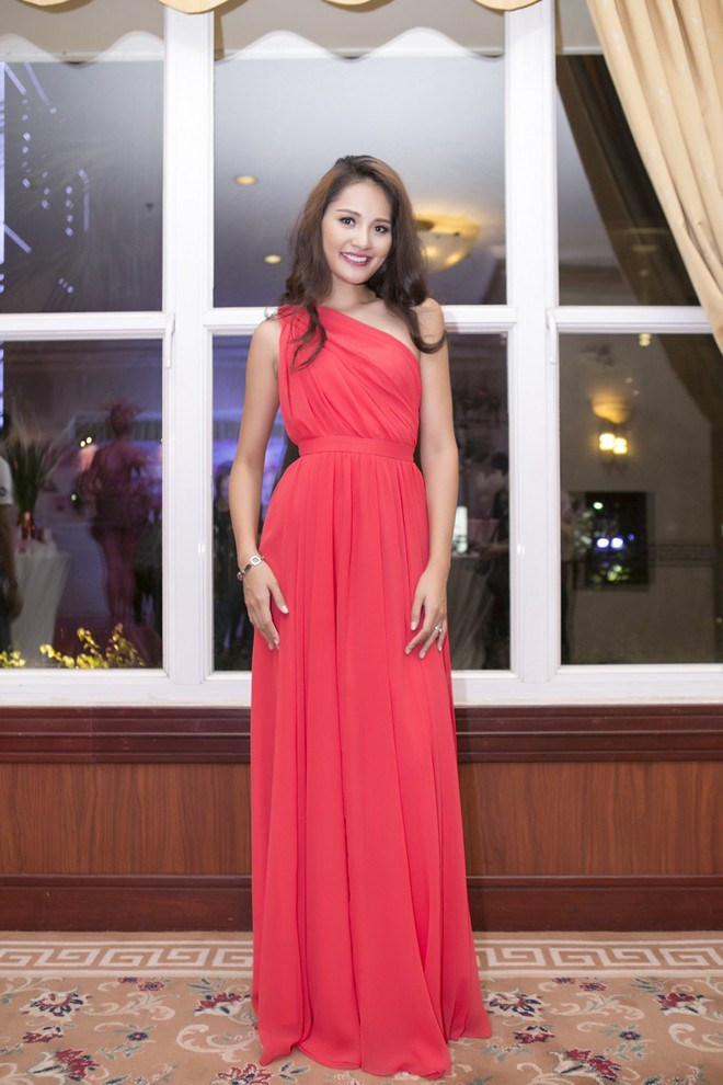 Hoa hậu Hương Giang kiêu sa với váy dạ hội đỏ rực - ảnh 1