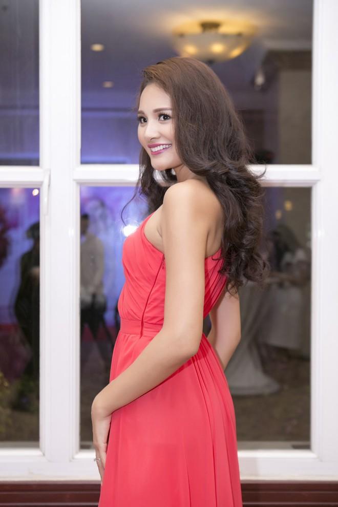 Hoa hậu Hương Giang kiêu sa với váy dạ hội đỏ rực - ảnh 2