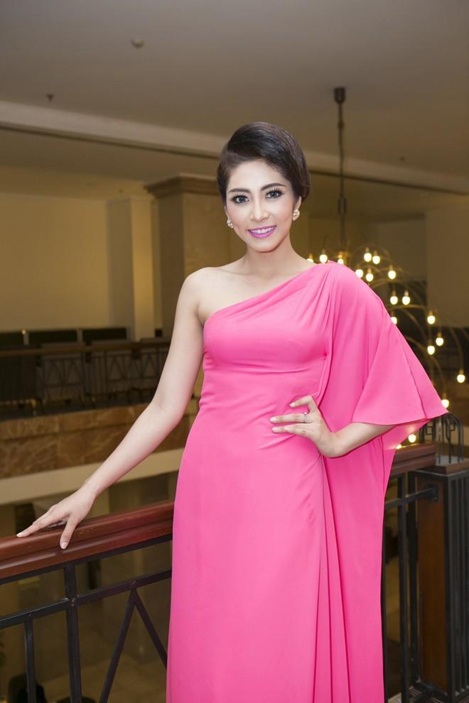Hoa hậu Hương Giang kiêu sa với váy dạ hội đỏ rực - ảnh 11