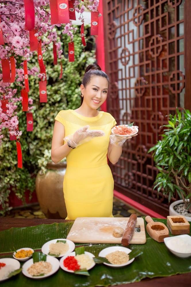 Hoa hậu Thu Hoài khoe tài làm bánh trung thu - ảnh 4