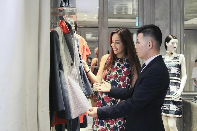 Mai Phương Thúy thử đồ hiệu Dior ở Singapore - ảnh 2