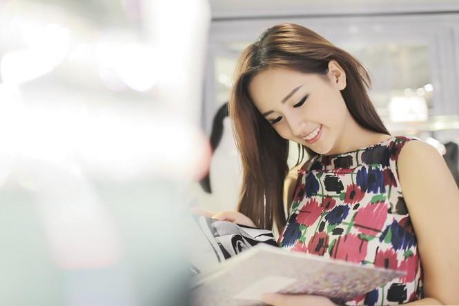Mai Phương Thúy thử đồ hiệu Dior ở Singapore - ảnh 4