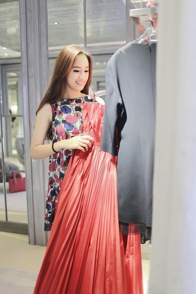 Mai Phương Thúy thử đồ hiệu Dior ở Singapore - ảnh 5