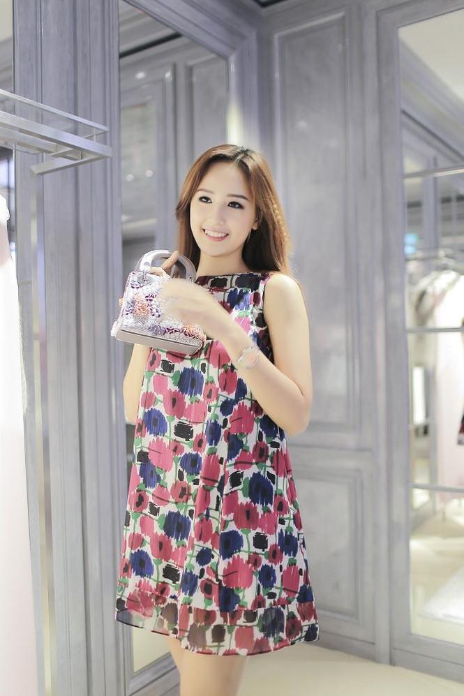 Mai Phương Thúy thử đồ hiệu Dior ở Singapore - ảnh 6