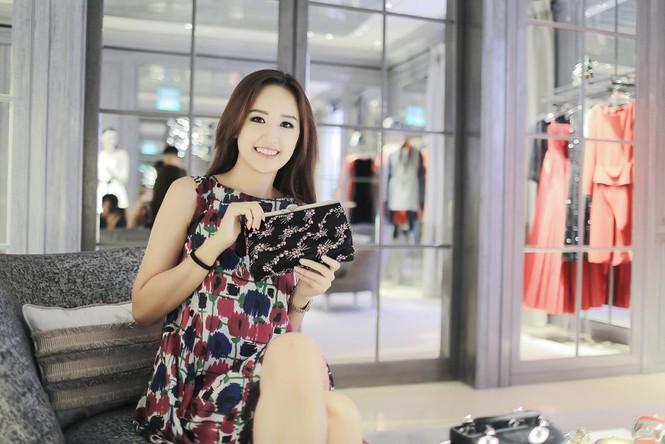 Mai Phương Thúy thử đồ hiệu Dior ở Singapore - ảnh 14