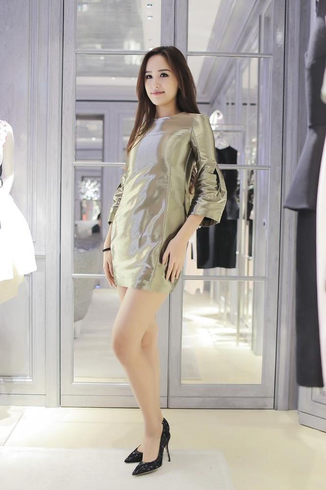 Mai Phương Thúy thử đồ hiệu Dior ở Singapore - ảnh 10