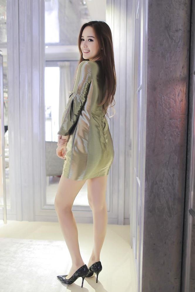 Mai Phương Thúy thử đồ hiệu Dior ở Singapore - ảnh 9
