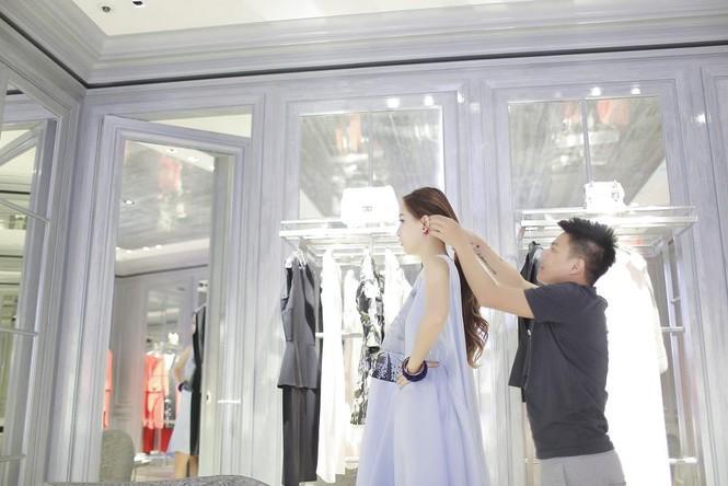 Mai Phương Thúy thử đồ hiệu Dior ở Singapore - ảnh 11