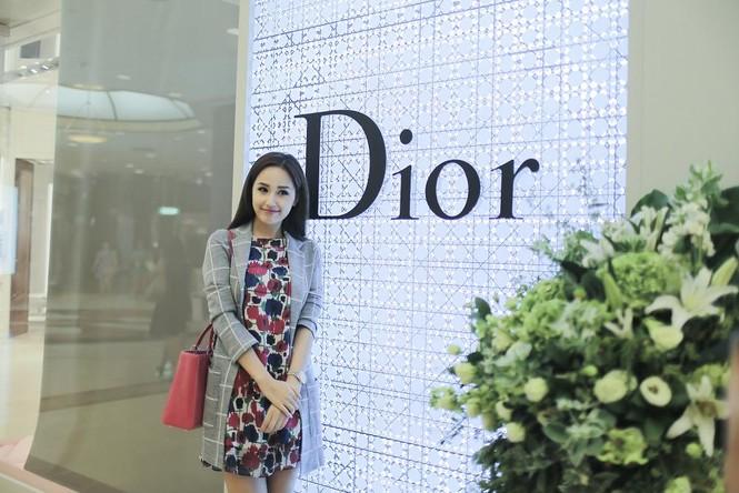 Mai Phương Thúy thử đồ hiệu Dior ở Singapore - ảnh 1