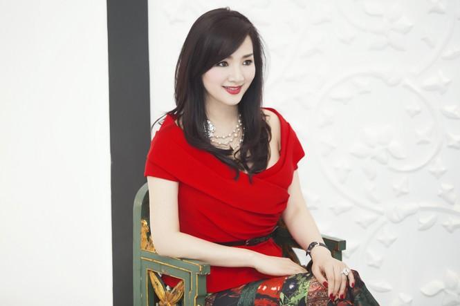 Giáng My khoe vai trần quyến rũ với váy đỏ rực - ảnh 1