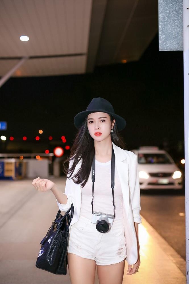 Vũ Ngọc Anh khoe chân dài gợi cảm ở sân bay - ảnh 7
