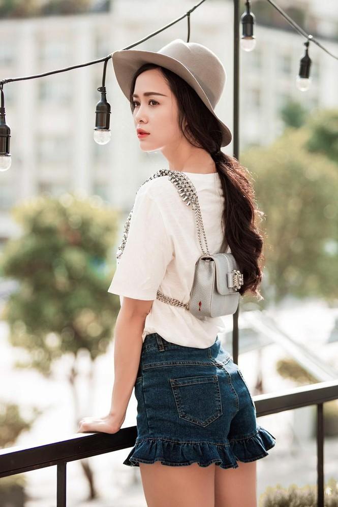 Vũ Ngọc Anh khoe chân dài với quần short siêu ngắn - ảnh 5