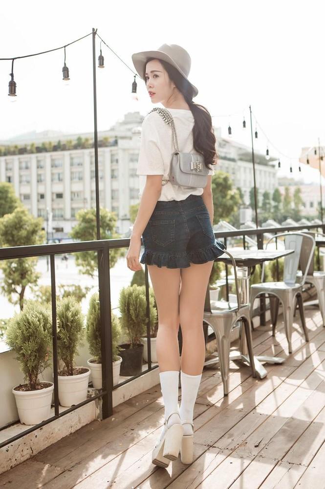 Vũ Ngọc Anh khoe chân dài với quần short siêu ngắn - ảnh 7