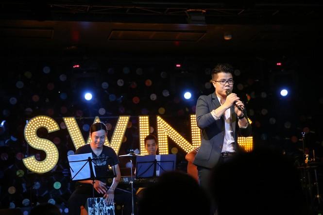Đinh Mạnh Ninh ôm chặt Vũ Hạnh Nguyên trong tiệc sinh nhật - ảnh 3