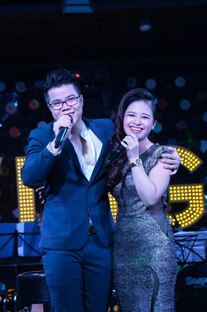 Đinh Mạnh Ninh ôm chặt Vũ Hạnh Nguyên trong tiệc sinh nhật - ảnh 4