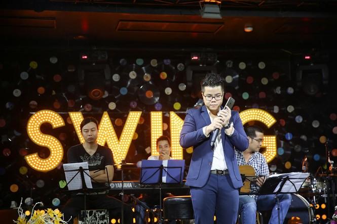 Đinh Mạnh Ninh ôm chặt Vũ Hạnh Nguyên trong tiệc sinh nhật - ảnh 2