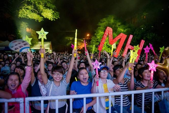 Minh Hằng hát bốc lửa khiến sinh viên Hà Nội 'phát cuồng' - ảnh 14