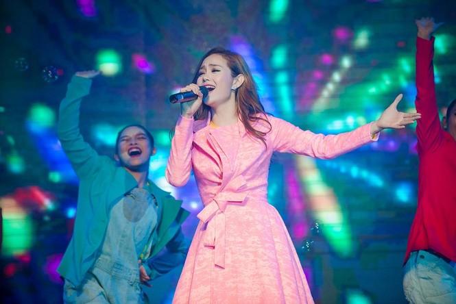 Minh Hằng hát bốc lửa khiến sinh viên Hà Nội 'phát cuồng' - ảnh 11