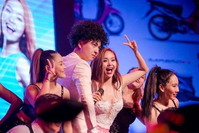 Minh Hằng hát bốc lửa khiến sinh viên Hà Nội 'phát cuồng' - ảnh 10