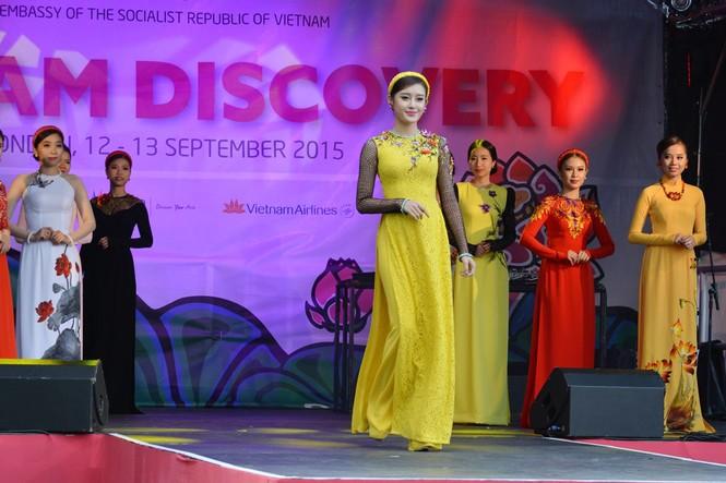 Huyền My, Hương Giang 'đọ sắc' với áo dài ở London - ảnh 10
