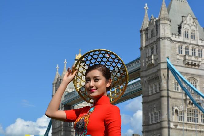 Huyền My, Hương Giang 'đọ sắc' với áo dài ở London - ảnh 4