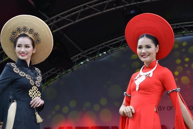 Huyền My, Hương Giang 'đọ sắc' với áo dài ở London - ảnh 12