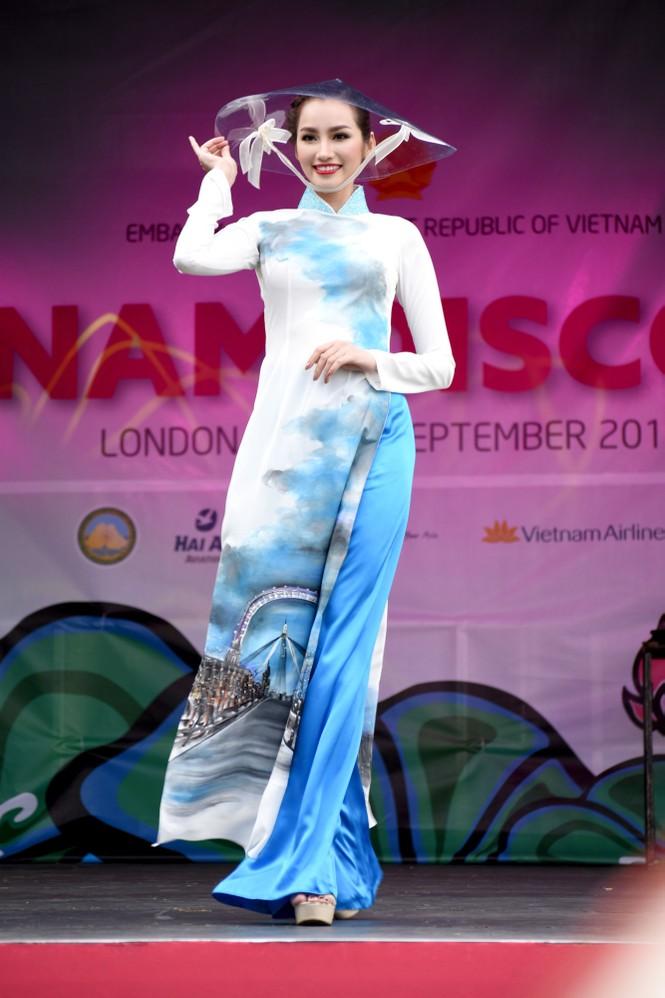 Huyền My, Hương Giang 'đọ sắc' với áo dài ở London - ảnh 11