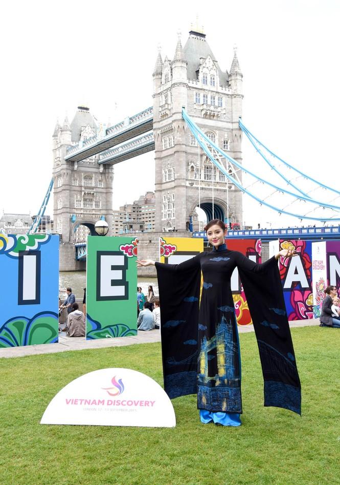 Huyền My, Hương Giang 'đọ sắc' với áo dài ở London - ảnh 1