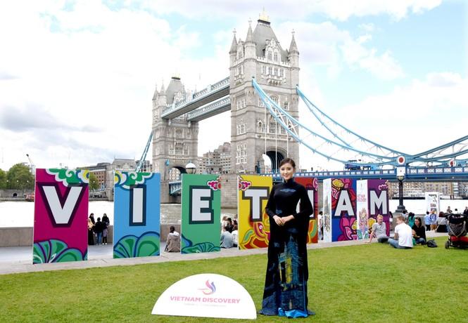 Huyền My, Hương Giang 'đọ sắc' với áo dài ở London - ảnh 2