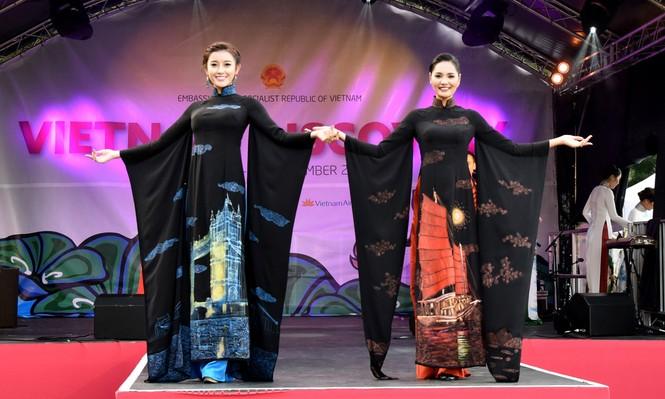 Huyền My, Hương Giang 'đọ sắc' với áo dài ở London - ảnh 8