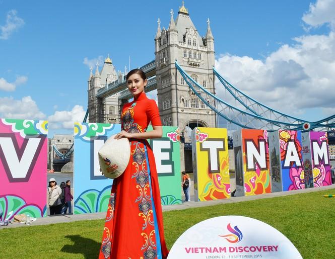 Huyền My, Hương Giang 'đọ sắc' với áo dài ở London - ảnh 3