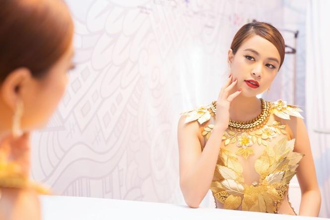 Hoàng Thùy Linh 'đốt mắt' khán giả với váy xuyên thấu - ảnh 4