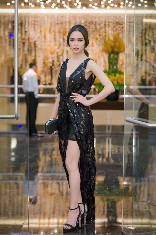 Phạm Hương, Vũ Ngọc Anh đọ vẻ quyến rũ với váy xẻ ngực - ảnh 4