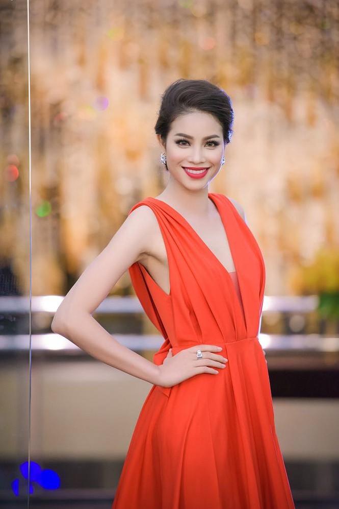 Phạm Hương, Vũ Ngọc Anh đọ vẻ quyến rũ với váy xẻ ngực - ảnh 2