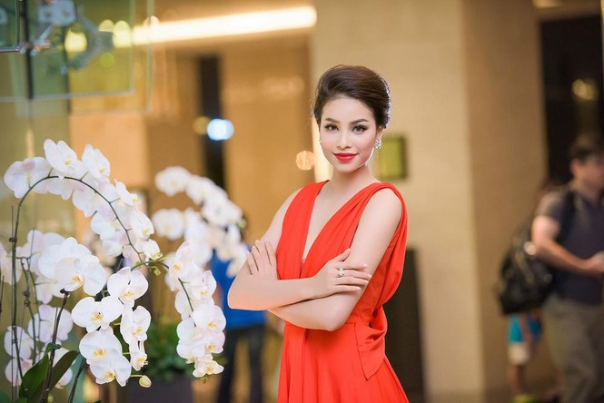 Phạm Hương, Vũ Ngọc Anh đọ vẻ quyến rũ với váy xẻ ngực - ảnh 3