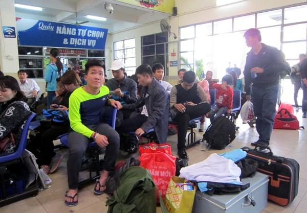 Hàng vạn người về Hà Nội, đường trên cao kẹt cứng sau Tết - ảnh 12