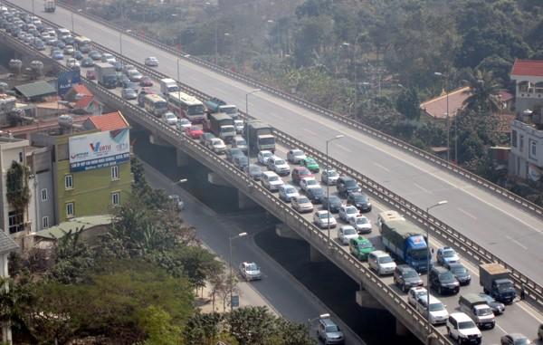Hàng vạn người về Hà Nội, đường trên cao kẹt cứng sau Tết - ảnh 1