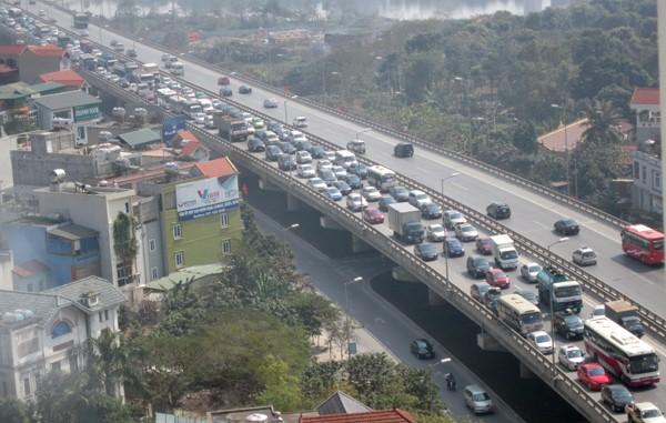 Hàng vạn người về Hà Nội, đường trên cao kẹt cứng sau Tết - ảnh 3