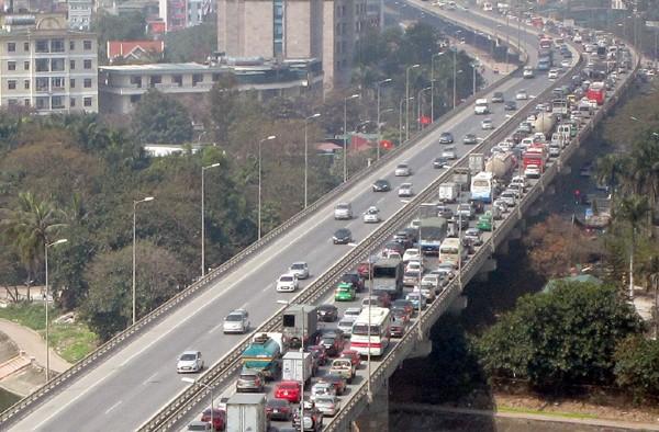 Hàng vạn người về Hà Nội, đường trên cao kẹt cứng sau Tết - ảnh 5