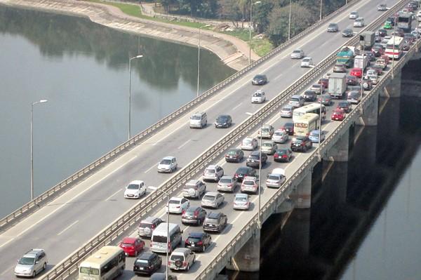 Hàng vạn người về Hà Nội, đường trên cao kẹt cứng sau Tết - ảnh 7