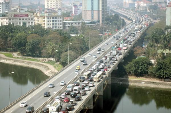 Hàng vạn người về Hà Nội, đường trên cao kẹt cứng sau Tết - ảnh 8