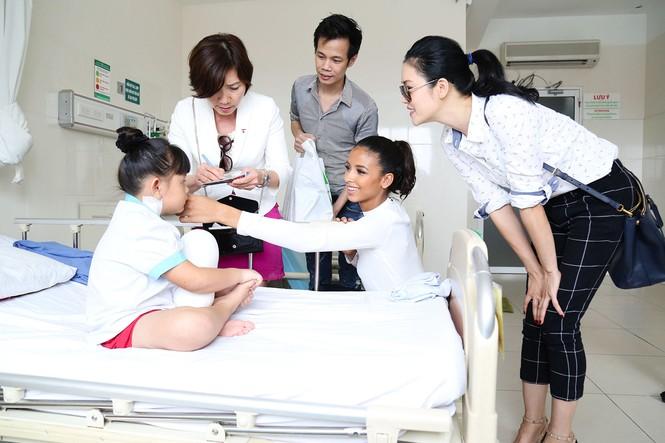 Hoa hậu Pháp cùng ca sĩ Thu Phương đến thăm bệnh nhi mổ tim - ảnh 1