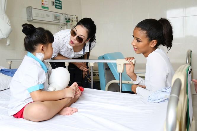 Hoa hậu Pháp cùng ca sĩ Thu Phương đến thăm bệnh nhi mổ tim - ảnh 4