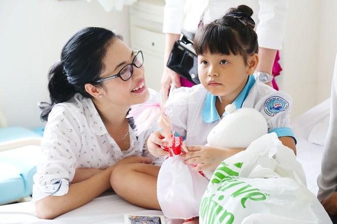 Hoa hậu Pháp cùng ca sĩ Thu Phương đến thăm bệnh nhi mổ tim - ảnh 7