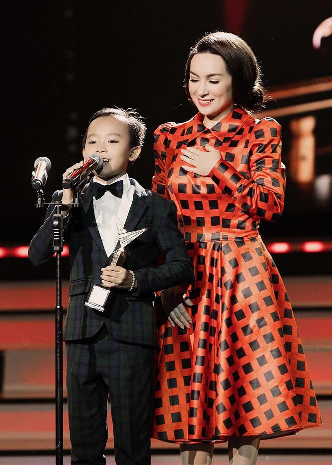 Phi Nhung xúc động khi Hồ Văn Cường đoạt giải VTV - ảnh 7