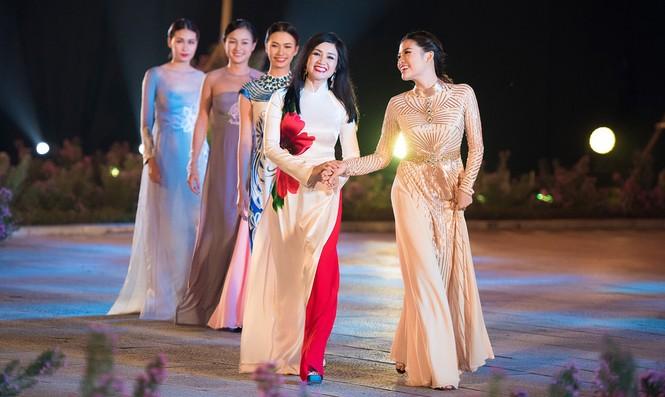 Dàn nghệ sĩ gạo cội của điện ảnh Việt trình diễn áo dài - ảnh 4