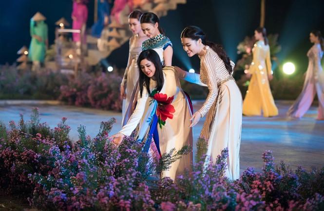 Dàn nghệ sĩ gạo cội của điện ảnh Việt trình diễn áo dài - ảnh 5