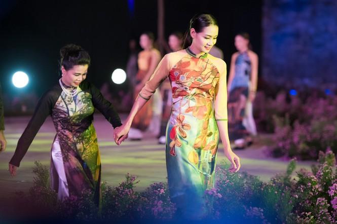 Dàn nghệ sĩ gạo cội của điện ảnh Việt trình diễn áo dài - ảnh 13